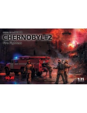 ICM 35902 Чернобыль №2. Огнеборцы (АЦ-40-137А, 4 фигуры и картонная подставка с фоном) 1/35